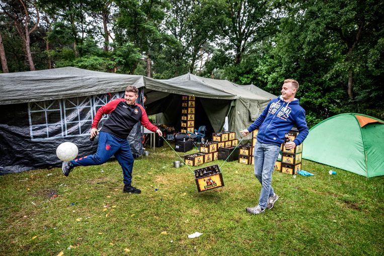 Op jongeren camping Dennenoord spelen camping gasten atje kratje , de hele middag met twee personen vastgebonden aan een krat bier, maar wel op 1,5meter. Beeld Raymond Rutting / De Volkskrant