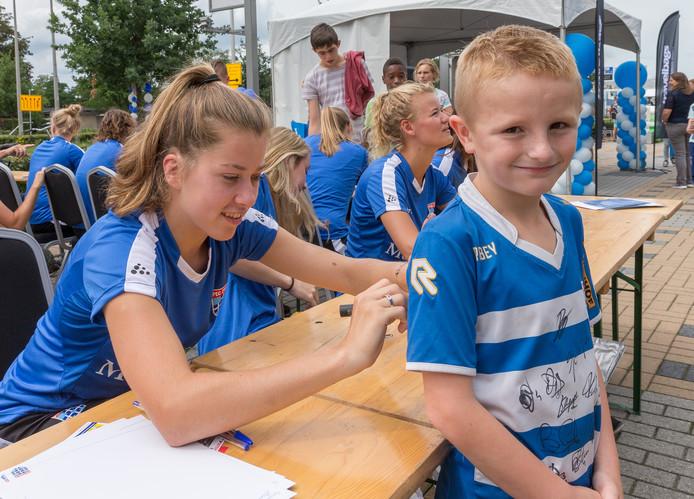 Middenveldster Nurija van Schoonhoven, die hier een handtekening uitdeelt, verkast van PEC Zwolle naar PSV.