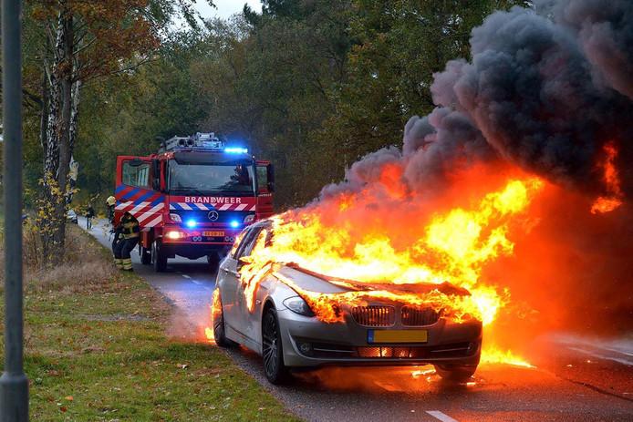 Een auto brandde volledig uit in Knegsel.