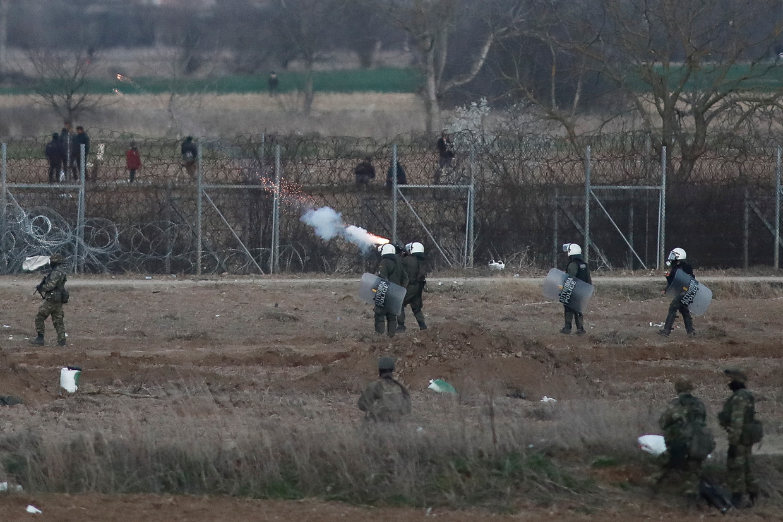 Griekse troepen vuren traangas af om migranten tegen te houden die de grens willen passeren.