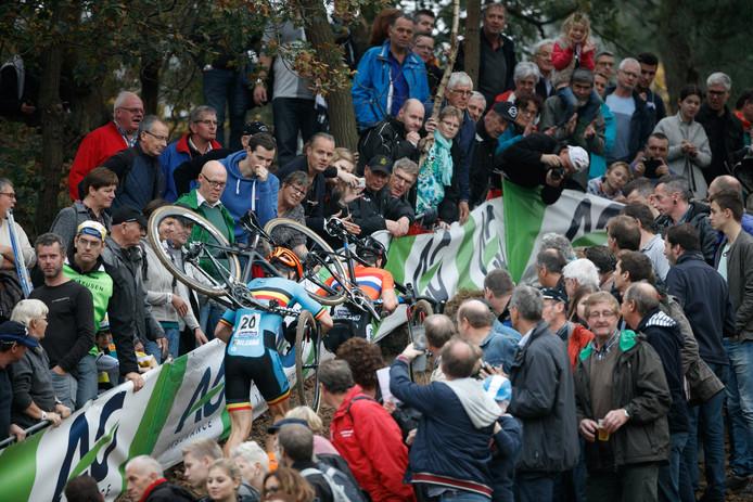 Grote drukte tijdens het EK veldrijden 2015 in Huijbergen. Op 12 en 13 januari vindt daar het NK 2019 plaats. Het lokale wielercomité hoopt op veel volk wanneer Mathieu van der Poel op zoek gaat naar zijn vijfde elite-titel op rij.