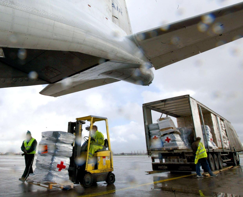Hulpgoederen van het Nederlandse Rode Kruis worden in een transportvliegtuig geladen op Schiphol, 2004. Beeld ANP