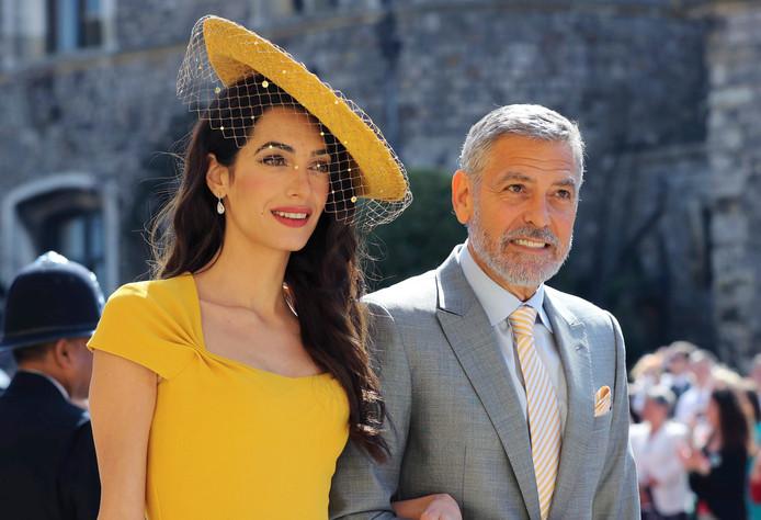 Amal en George Clooney bij de bruiloft van prins Harry en Meghan Markle vorig jaar mei.