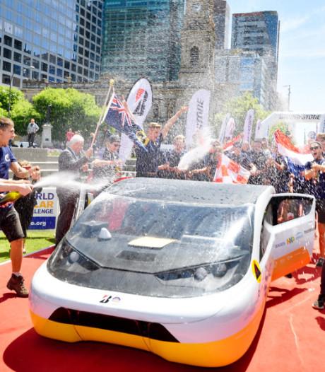 Solar Team Eindhoven als koploper over de finish in Adelaide, niets staat winst nog in de weg