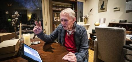 Oldenzaler Wim Schuurmans leert videobellen: 'Ik wil niet als dood vogeltje in een hoek zitten'