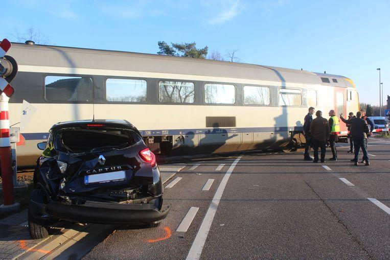 De wagen werd gegrepen door een aankomende passagierstrein.