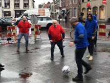 Oud-PSV-coach Kees Rijvers (91) speelt nog gewoon een potje voetbal op de Haagse Markt in Breda