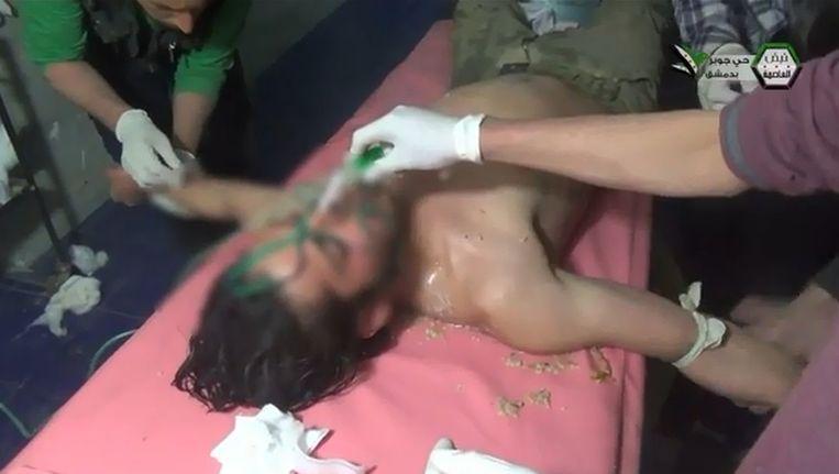 Een screenshot uit een video uit Jobar waar volgens de oppositie dit jaar een aanval is uitgevoerd met chemische wapens. Beeld YouTube