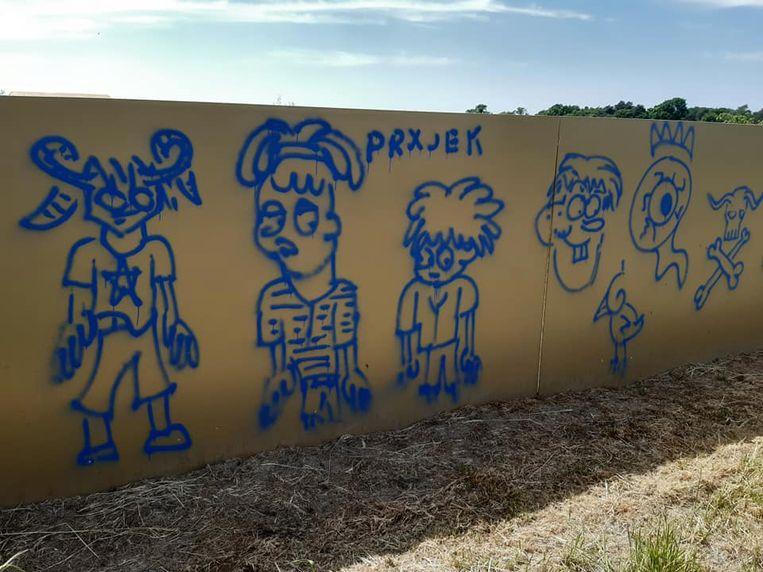 Het kunstwerk is grondig beschadigd door er opvallende grafitti op aan te brengen. Ook infobordjes langs de wandeling werden vernield.
