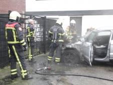 Auto vliegt uit het niets in brand naast bedrijfspand in Wierden