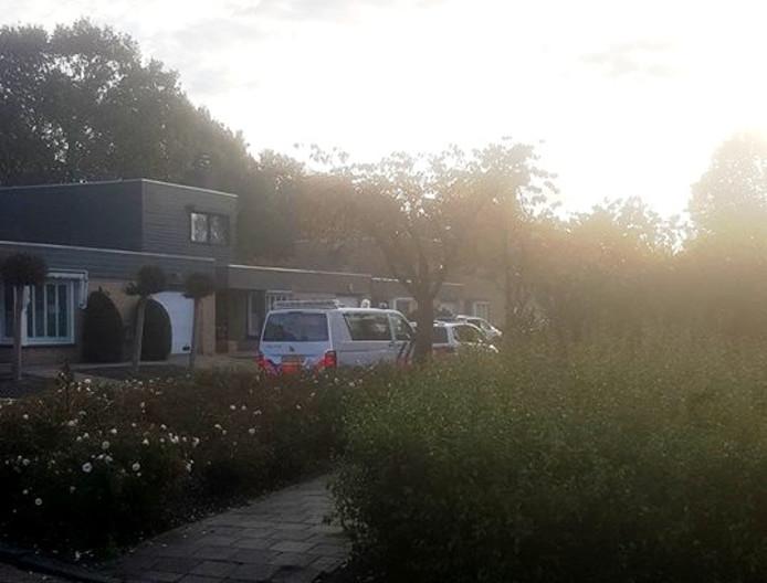 Meerdere politiebussen reden vanmorgen vroeg de Merwedestraat in in Maasdam. In de naastgelegen Rijnstraat werd een man aangehouden in zijn woning.