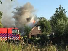 Flinke brand in twee-onder-een-kap-boerderij Olland: beide woningen beschadigd
