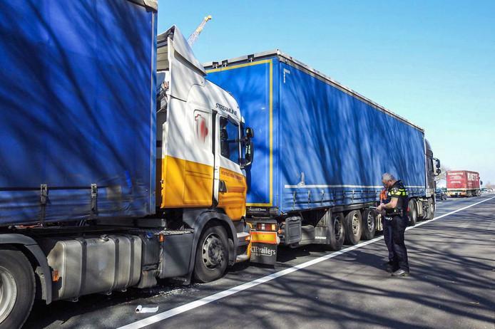 Twee vrachtwagens botsten tegen elkaar in de file op de A67 richting knooppunt De Hogt.