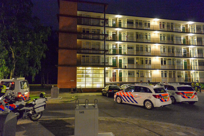 De politie was opgeroepen met de melding dat er van alles werd vernield in de woning.