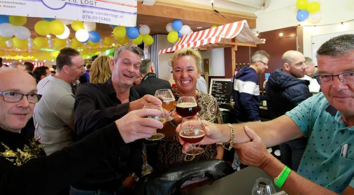Proosten tijdens bierfestival Cheers.