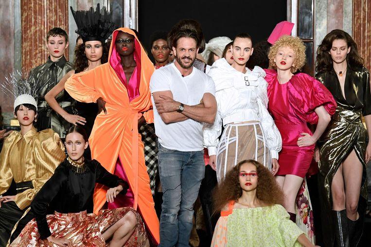 Ronald van der Kemp tussen zijn modellen tijdens de 2018-2019 Fall/Winter Haute Couture collection fashion show in Parijs Beeld anp