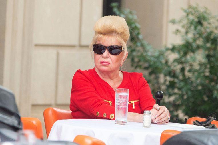 Ivana Trump (71) is klaar voor de lunch in New York City op 25 september jongstleden.  De outdoorpassie van haar zoon Don noemde ze ooit 'escapisme'. 'Arme Don', schreef ze in haar biografie. Beeld Photo News