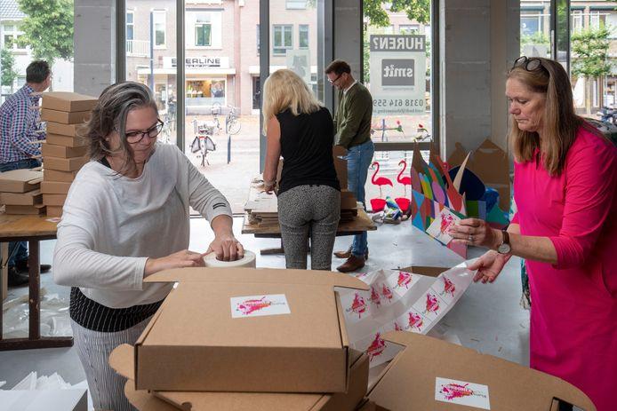 Ruim 1600 pakketten stelt Elise Huijberts samen voor Bennekomse basisschoolleerlingen. Nu het Kunstfestival voor Kinderen niet kan doorgaan, krijgen de kinderen een pakket met spullen om thuis aan de slag te gaan.