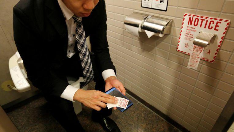 In een toilet op het vliegveld van Narita in Japan kun je je smartphone schoonmaken. Beeld reuters