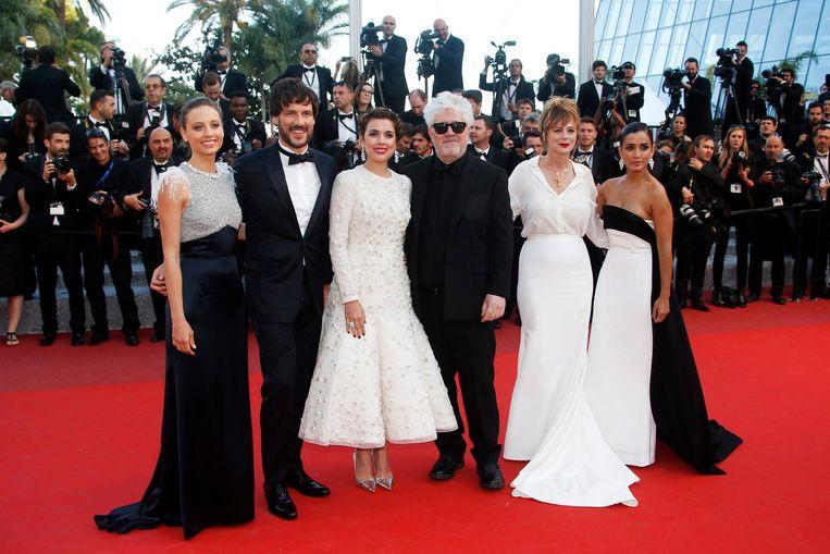 Pedro Almodóvar (met bril) met de cast van Julieta in Cannes Beeld epa