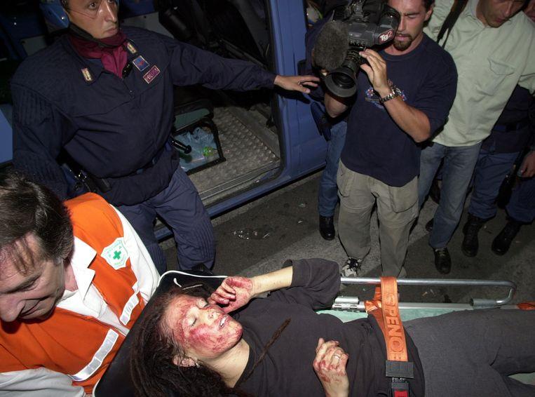 Een gewonde demonstrant in 2001 in Genua. Beeld ap