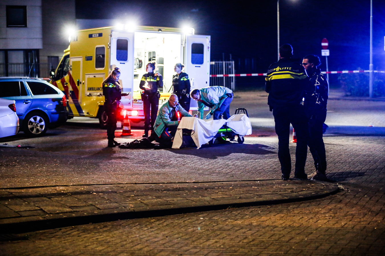 Ambulancepersoneel ontfermde zich over het beschoten slachtoffer.