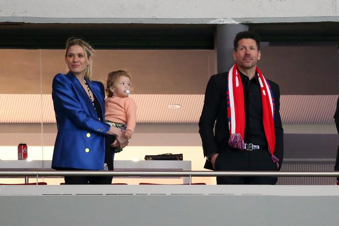 Diego Simeone kijkt met zijn vriendin Carla Pereyra en dochtertje Francesca naar de feestvreugde in het Estadio Wanda Metropolitano.