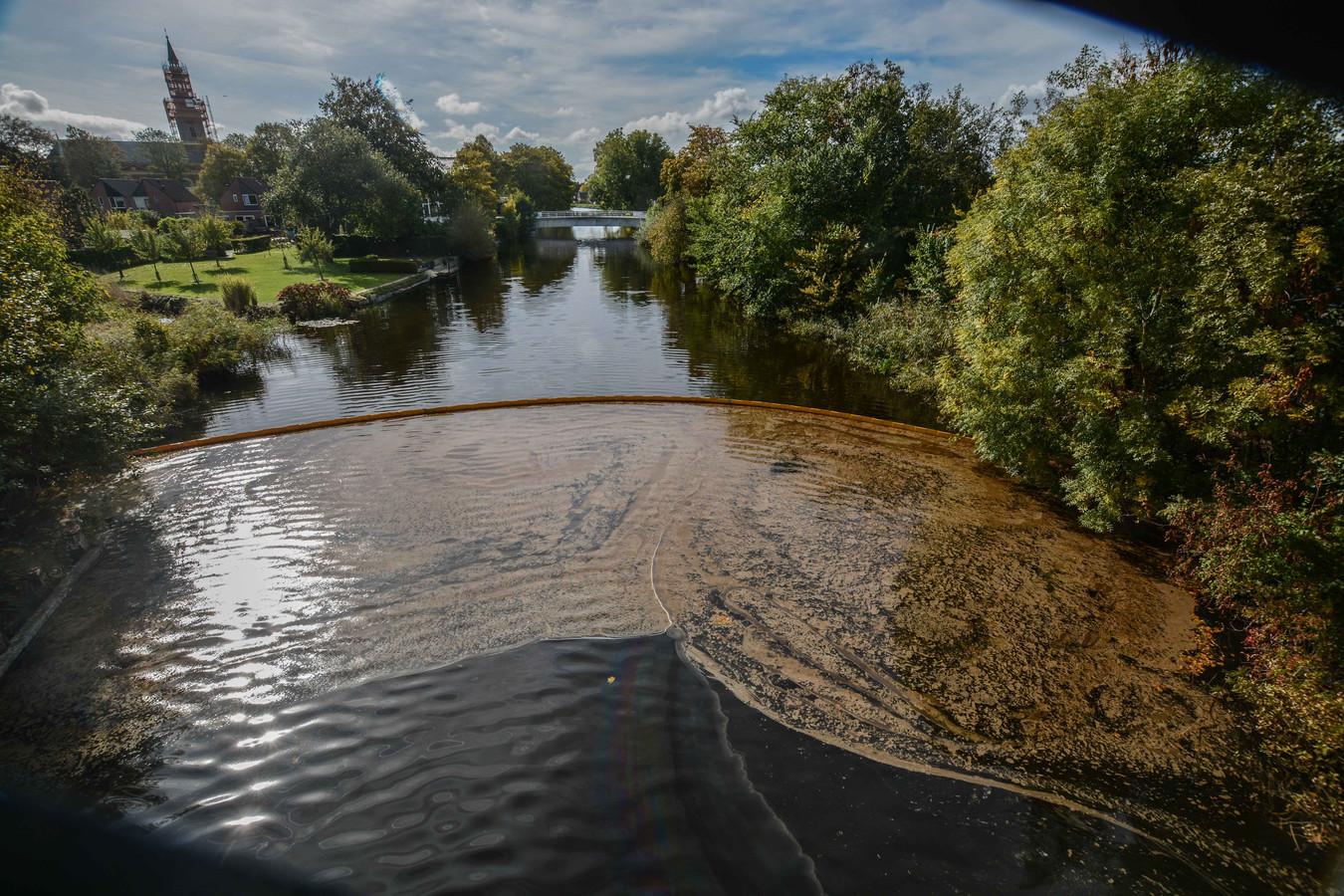 De verontreiniging van het afwateringskanaal in Farmsum.