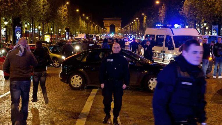 Boze agenten op de Champs-Elysées. Beeld AFP