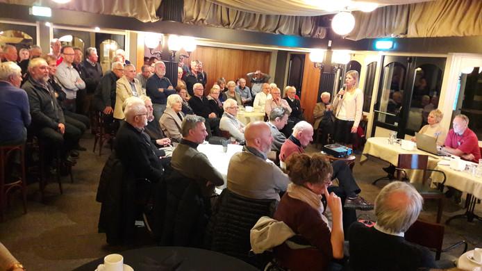 De bijeenkomst van de dorpsraad Leende. Voordat gesproken werd over het nieuwe dorpshuis, was er een presentatie over duurzame energie