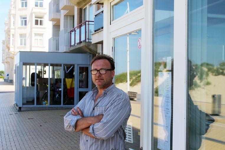 Zaakvoerder Eddy Deschrevel van taverne Maritimes op de Zeedijk van Zeebrugge.