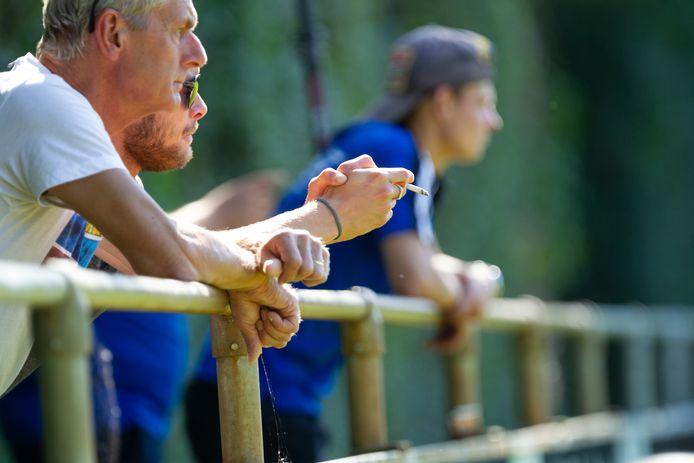 Menig voetbalsupporter steekt nog regelmatig een sigaret op langs de lijn.