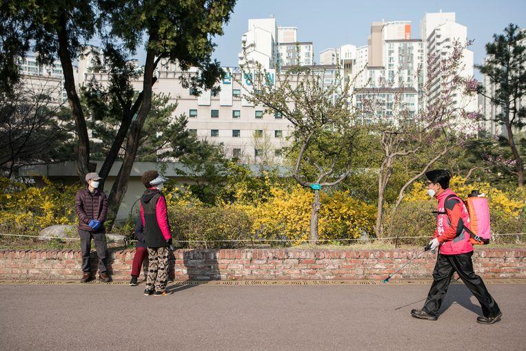 Lee Sung-heon op zijn dagelijkse tocht door de wijk. Beeld null