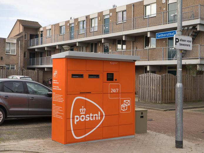De oranje versie van de pakket- en brievenautomaat van PostNL in Harderwijk