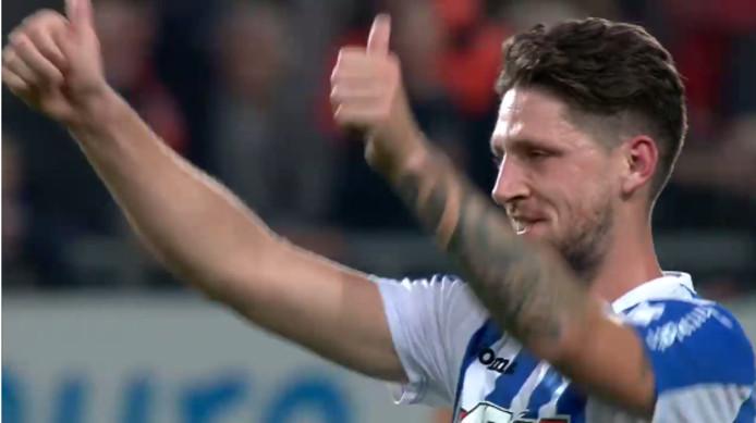 Nicky Kuiper bij zijn laatste optreden in De Grolsch Veste. Als speler van Eindhoven bedankt hij het Enschedese publiek voor het applaus.