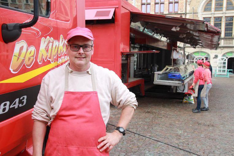 Marktkramer Peter Van Colenberghe aan zijn kippenkraam.