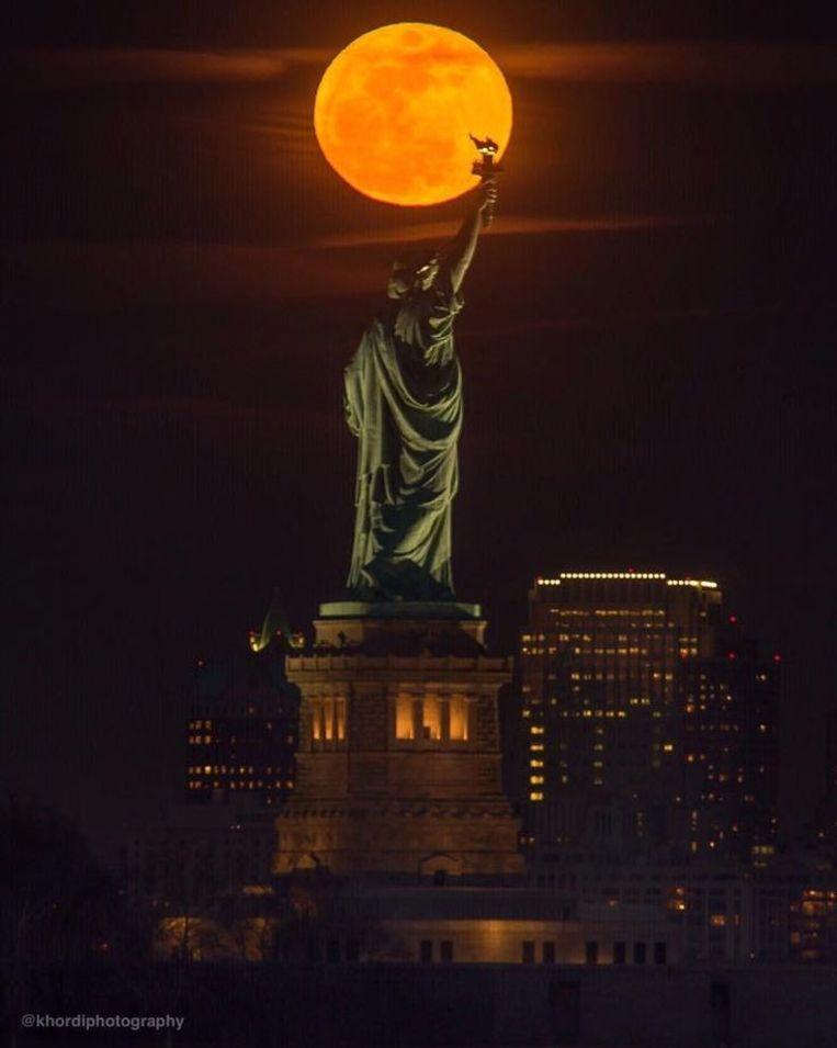 Afhankelijk van de samenstelling van de atmosfeer kan de maan roestrood, helderrood of zelfs oranje kleuren (zoals hierboven in New York).