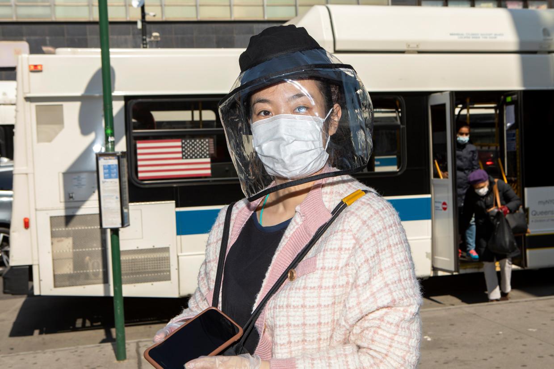 Voorbijganger in Main street, de hoofdstraat van Chinatown in Flushing Queens. Beeld Chantal Heijnen