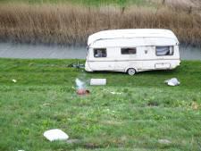 Zoef! Wind blaast Duitse caravan van de weg op N50 bij Kampen