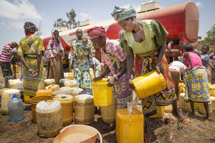 Een truck van het Rode Kruis met een watertank rijdt door Kenia om mensen van water te voorzien.