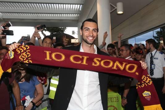 Javier Pastore toont trost de sjaal van zijn nieuwe club.