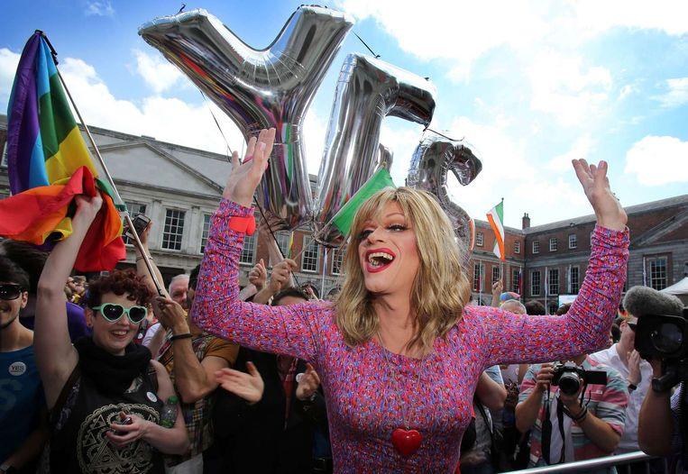 Bekende Ierse drag queen en homoactivist Rory O'Neill voor Dublin Castle. Beeld afp