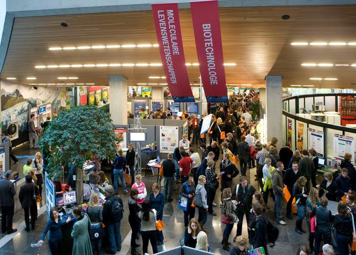 Bezoekers laten zich bij Wageningen Universiteit voorlichten. Zaterdag gebeurt dat alleen online.