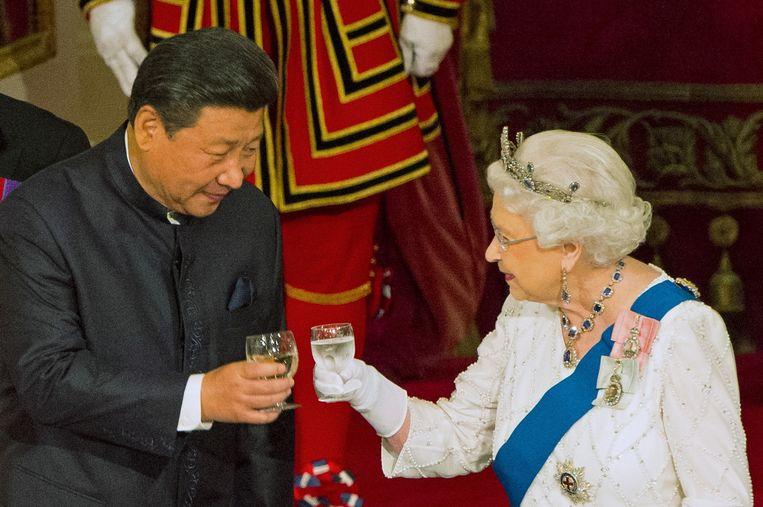 Elizabeth klinkt met de Chinese President Xi Jinping.