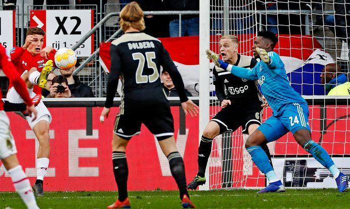 Guus Til maakt de winnende goal namens AZ tegen Ajax, de laatste keer dat Ajax een uitwedstrijd verloor.