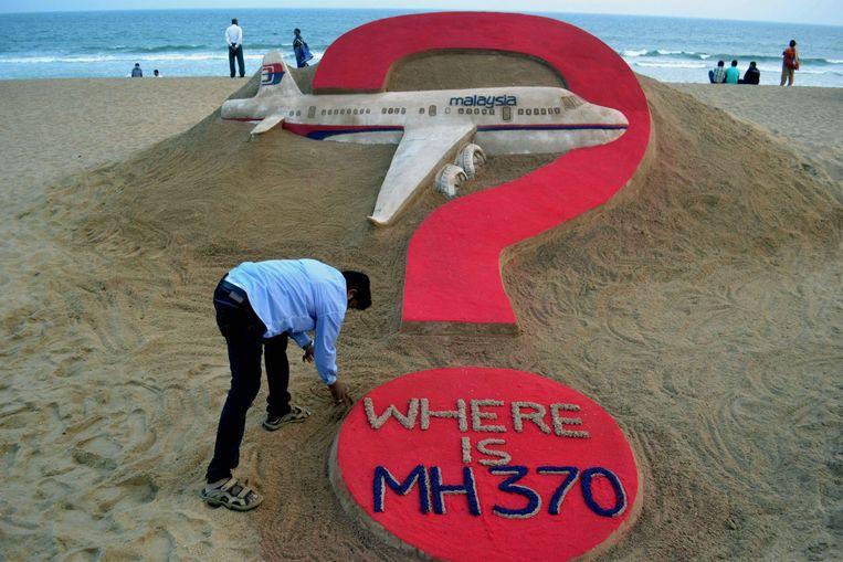 Een zandsculptuur naar aanleiding van de verdwenen vlucht MH370. Beeld afp