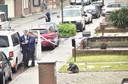 Het slachtoffer werd buiten neergeschoten en zakte in elkaar op een grasperkje voor het huis waar hij met z'n moeder woont.