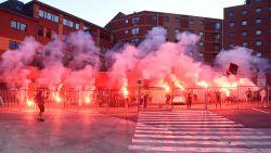 Mambourg in brand: Charleroi-supporters troepen samen aan het stadion en steken vuurwerk af
