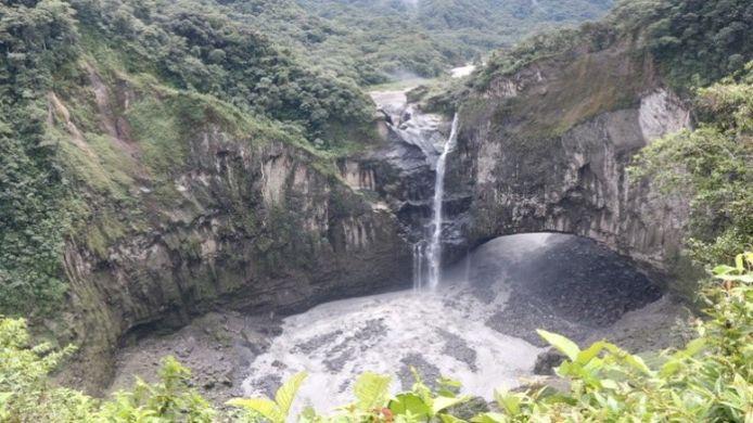 De drooggevallen San Rafael-waterval. Het water uit de rivier passeert de waterval nu aan de onderkant.
