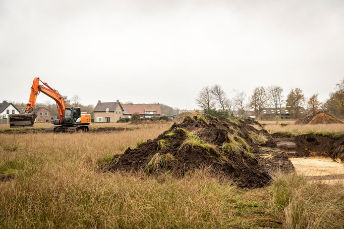 In Maarheeze worden sleuven in de grond gemaakt voor archeologisch onderzoek, voordat Neerlanden II gebouwd kan worden.